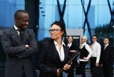 Uma equipe de empresários novos na roupa formal Imagens de Stock Royalty Free