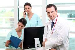 Uma equipe de profissionais médicos Fotos de Stock Royalty Free