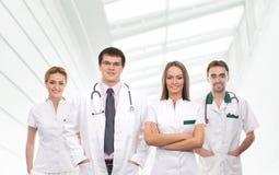 Uma equipe de trabalhadores médicos novos na roupa branca Fotos de Stock Royalty Free
