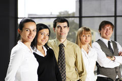 Uma equipe do negócio de cinco pessoas em um escritório moderno Fotos de Stock