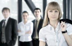 Uma equipe do negócio de quatro pessoas em um escritório moderno Fotografia de Stock Royalty Free