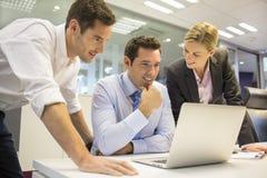 Uma equipe do negócio de três no escritório e no trabalho do planeamento Fotografia de Stock