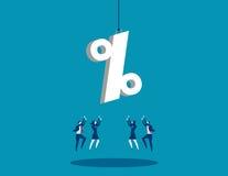 Uma equipe do negócio que alcança para o sinal de porcentagem Negócio do conceito Fotografia de Stock Royalty Free
