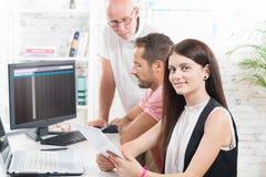 Uma equipe no trabalho no escritório, Imagens de Stock Royalty Free