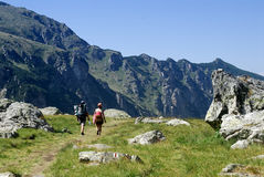 Uma equipe que escala uma montanha Imagem de Stock Royalty Free