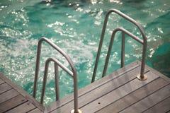 Uma escada ao oceano imagens de stock
