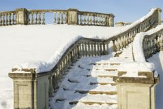 Uma escada da pedra do neve-limite está em um parque do inverno Imagens de Stock Royalty Free