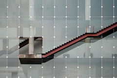 Uma escada exterior, igualmente demonstrando gráfico linear ascendente imagem de stock