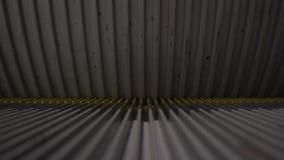 Uma escada rolante moderna que corre acima em um shopping video estoque