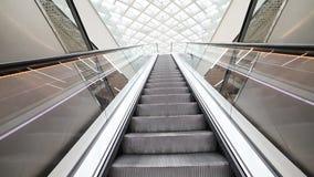 Uma escada rolante movente dentro de um aeroporto brilhante vídeos de arquivo