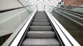 Uma escada rolante movente dentro de um aeroporto vídeos de arquivo
