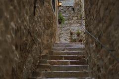 Uma escadaria de pedra na passagem estreita foto de stock royalty free