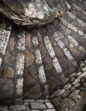 Uma escadaria espiral de pedra antiga, França, de cima de imagens de stock royalty free