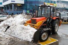 Uma escavadora com uma cubeta completa da neve que está no estacionamento perto do ` de Domodedovo do ` do shopping em Moscou imagens de stock royalty free