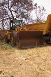 Uma escavadora velha na jarda da sucata em África Fotos de Stock