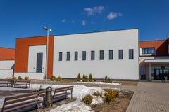 Uma escola nova no coração da vila de Otradnoye, distrito de Krasnogorskiy, região de Moscou, Rússia imagem de stock
