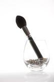 Uma escova da contorno-cora em um vidro transparente foto de stock