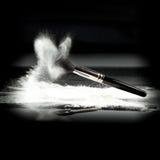Uma escova do pó e um pó frouxo branco Foto de Stock