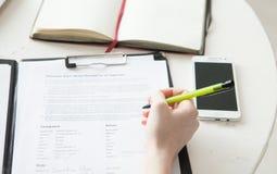 Uma escrita do assistente no papel Fotos de Stock
