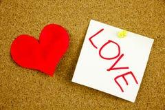 Uma escrita pegajosa amarela da nota, subtítulo, coração da inscrição com as engrenagens do amor conceito para o amor Amor - a me fotos de stock