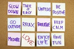 Uma escrita pegajosa amarela da nota, subtítulo, inscrição retarda, toma o ir fácil seja positivo vai fora relaxar para respi imagem de stock