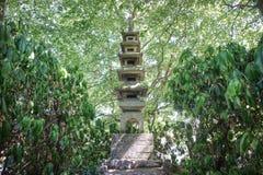 Uma escultura alta japonesa em um jardim fotos de stock royalty free