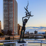 Uma escultura de bronze na ponte de Kattsuyama em Kitakyushu Fotos de Stock Royalty Free