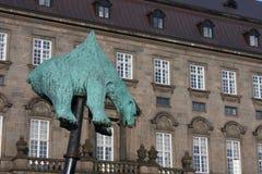 Uma escultura de um urso polar empalado foi na exposição em sexta-feira na frente do parlamento dinamarquês ao hig Imagem de Stock Royalty Free