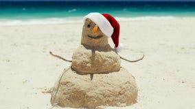 Uma escultura do homem da areia da praia deseja o Feliz Natal Fotografia de Stock Royalty Free