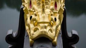 Uma escultura dourada dos peixes Foto de Stock