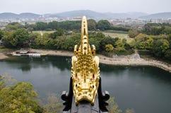 Uma escultura dourada dos peixes Imagens de Stock