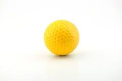 Uma esfera de golfe amarela Imagens de Stock Royalty Free