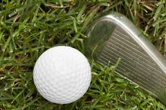 Uma esfera de golfe branca Imagens de Stock