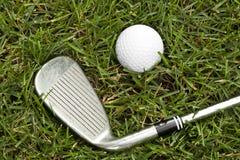Uma esfera de golfe branca Fotos de Stock Royalty Free