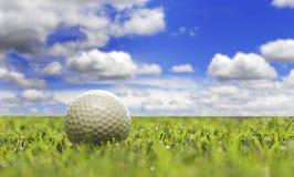 Uma esfera de golfe em um campo de golfe Imagem de Stock Royalty Free