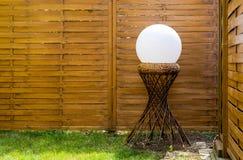 Uma esfera em uma estrutura do apoio do hyperboloid foto de stock royalty free