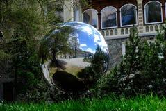 Uma esfera espelhando em um parque imagem de stock