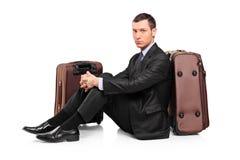 Uma espera do viajante de negócio Imagens de Stock