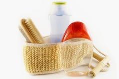 Uma esponja, um champô e uma escova do loofah fotos de stock royalty free