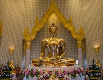 Uma estátua da Buda do ouro, Banguecoque, Tailândia Fotografia de Stock Royalty Free
