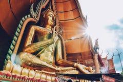 Uma estátua da Buda do templo da caverna do tigre (sua), Kanchanaburi do tham de Wat, Tailândia Imagem de Stock Royalty Free