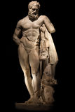 Uma estátua de Hercules poderoso, close up, isolado no preto Imagem de Stock Royalty Free