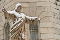 Uma estátua de Jesus Christ cobriu na neve no platô de Montr imagem de stock royalty free
