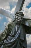 Uma estátua de Jesus que leva a cruz Fotografia de Stock
