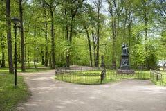 Uma estátua de Karl Ernst von Baer no parque no monte de Toome no alcatrão fotografia de stock royalty free