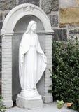 Uma estátua de Mary fora da igreja de St Anthony de Pádua, New York imagens de stock royalty free