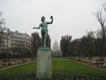 Uma estátua de pedra bonita em um jardim em Paris foto de stock
