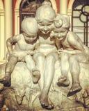 Uma estátua de três crianças na frente de Odessa Opera House - a UCRÂNIA foto de stock royalty free