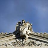 Uma estátua de um anjo colocado acima do templo foto de stock