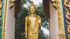 Uma estátua de um close-up dourado de buddha Condição de Bodhi do deus santamente fotografia de stock